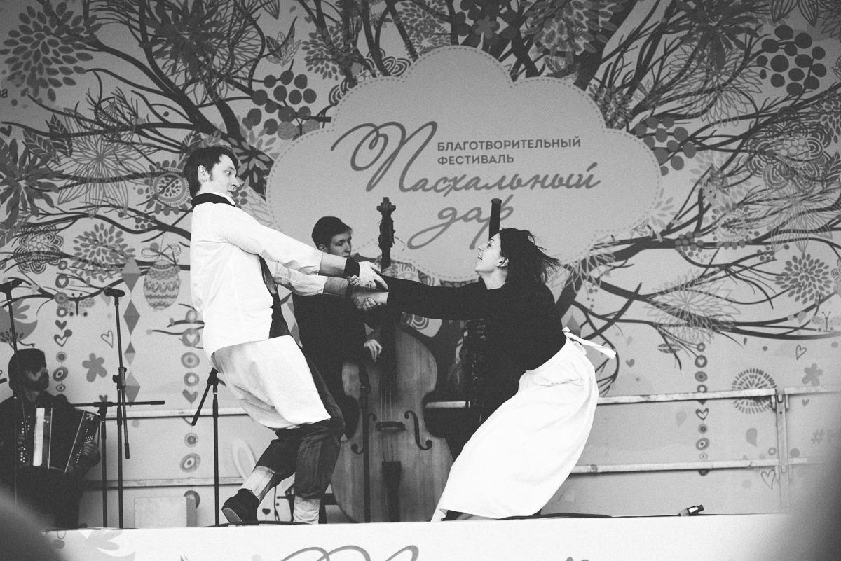 исполнители Ленского и Ольги танцуют дуэт